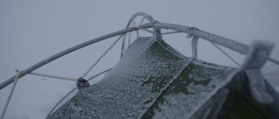Zelt mit Frost überzogen