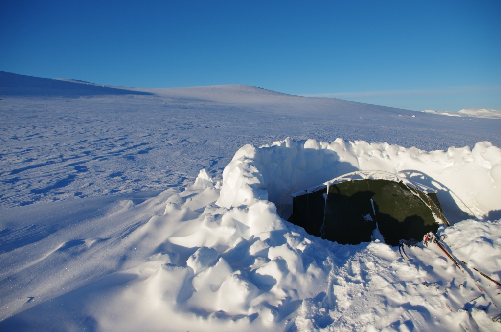 Das Zelt am Tag nach dem Schneesturm