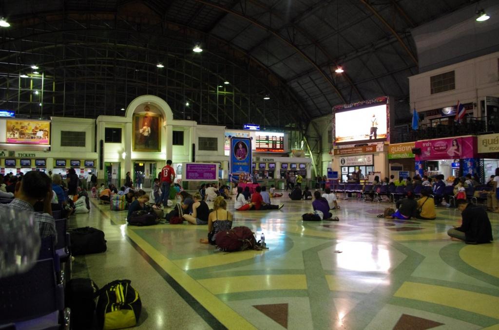 Wir sind nicht die einzigen Backpacker im Hauptbahnhof - liegen ist polizeilich untersagt