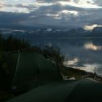 Nachts bleibt es hell über den Zelten