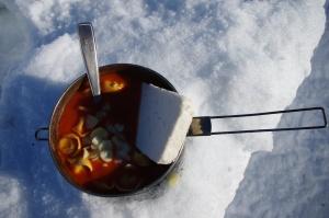 Kochtopf mit Tortellini, Knoblauch und Hirtenkäse