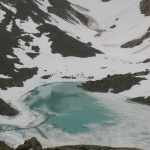 Eisiger Bergsee der Lyngenalpen
