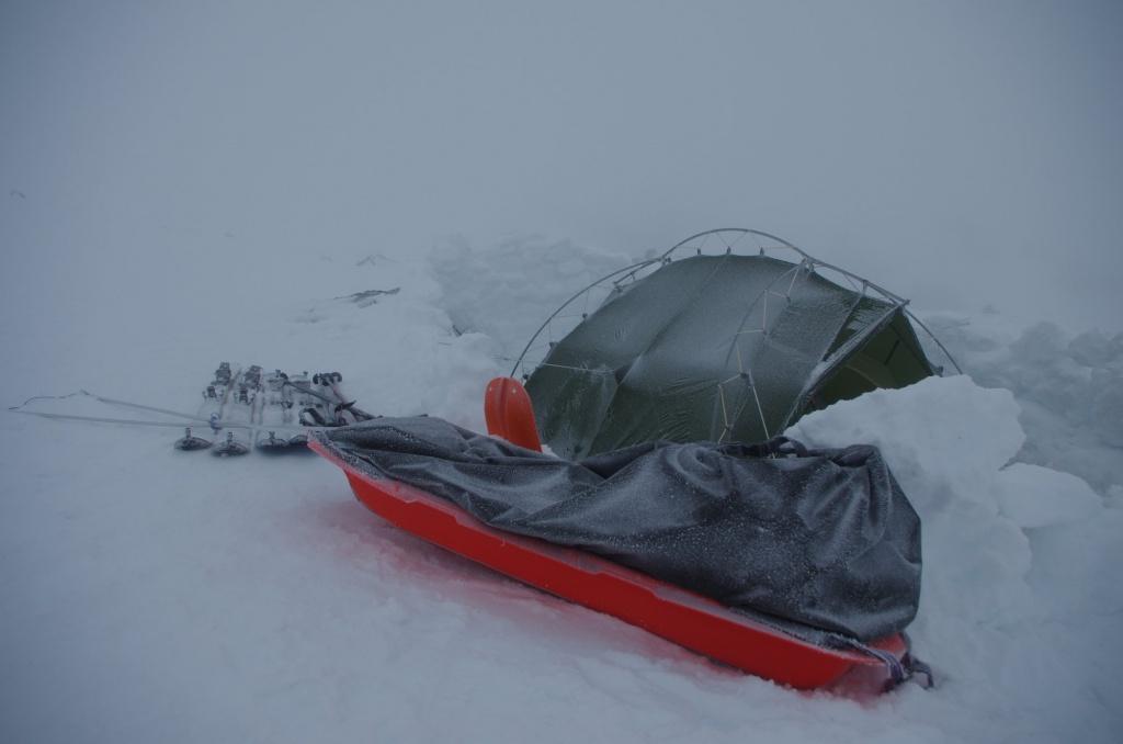 Pulka, Ski und Zelt mit Frost von der Nacht überzogen
