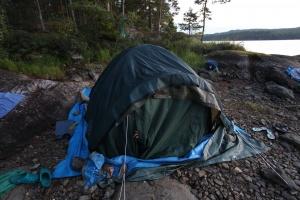 Glühend heiße Steine+Zelt+Planen = Schwitzhütte