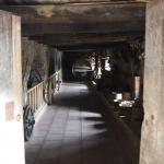 Innen sind alte Werkstätten und Vorratsräume hergerichtet