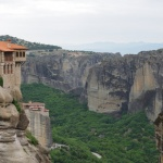 Im Hintergrund  überragt Kloster Rousanoú das Tal