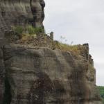 Überall in den Felsen finden sich alte Besiedlungsspuren
