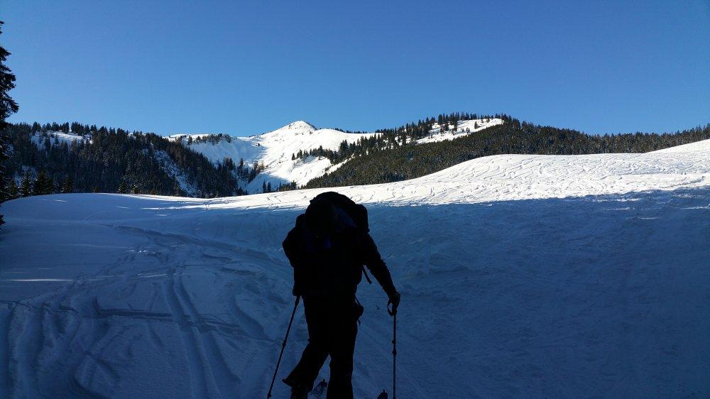 Blick auf den verschneiten Gipfel der Hochplatte