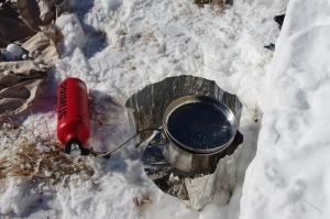 Mehrstoffkocher beim Schmelzen von Schnee