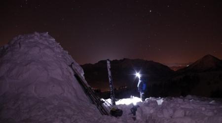 Sternenhimmel und Schnee schmelzen über dem Achental