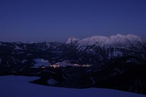 Ortsteil von Achenkirch bei Nacht im Winter