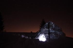 Beleuchtetes Iglu mit Sternenhimmel
