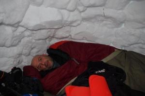 Mit Schlafsack im Inneren des Iglu
