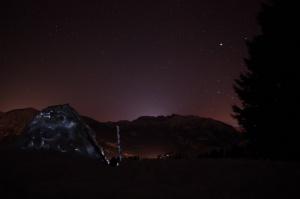 Perfekter Sternenhimmel über dem Iglu mit Ski