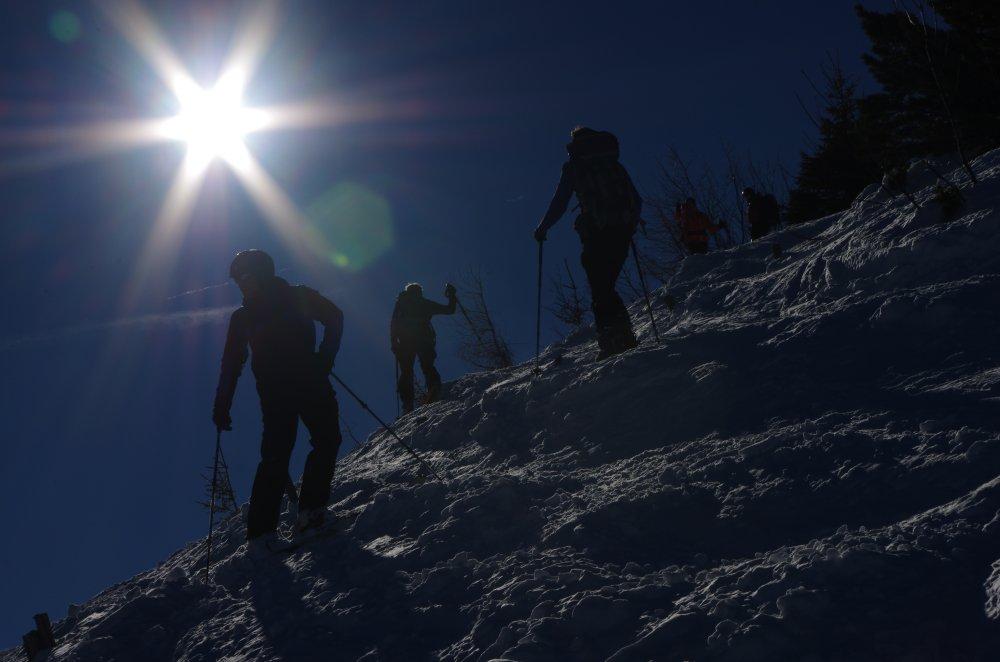Skitourengeher im Gegenlicht