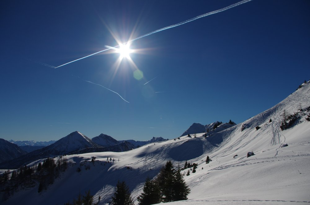 Vormittagssonner über dem verschneiten Achental