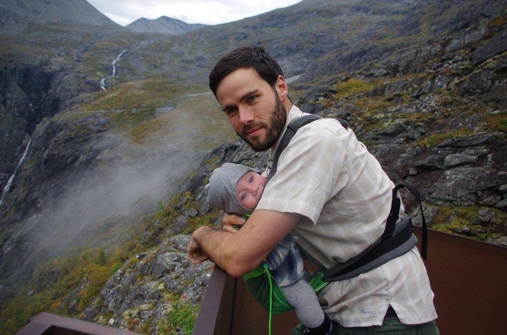 Aussichtsplattform der Trollstigen mit Baby und Outdoorhemd
