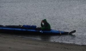 Ich im Kajak bei Regen in Norwegen am Strand