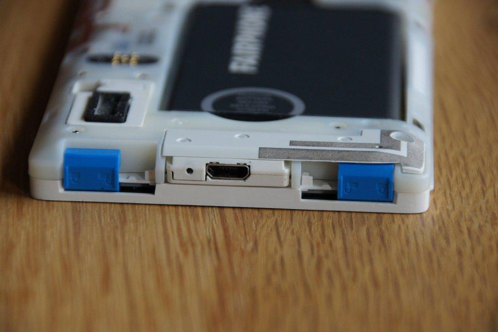 Einfach zu lösende Displaybefestigung im Fairphone