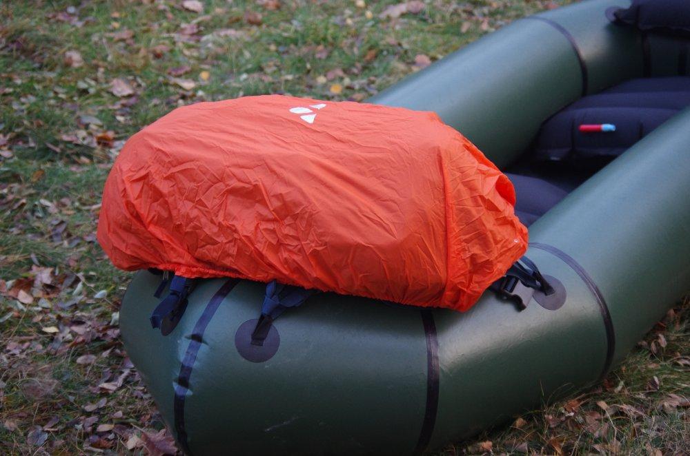Rucksack mit Regenüberzug auf Bootsbug verzurrt
