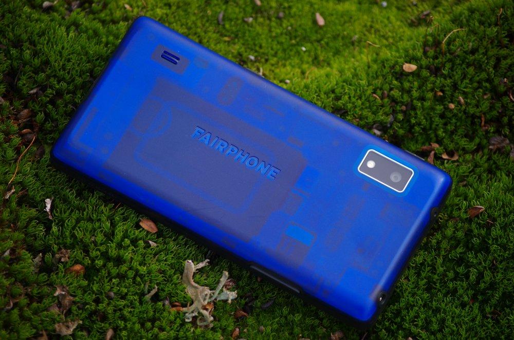 Rückseite Faiphone 2 im Moos