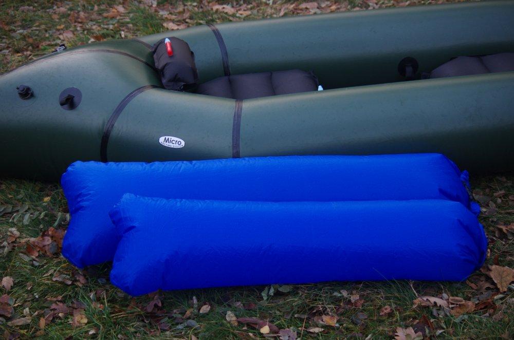 Grünes Adventure X2 mit wasserdichten blauen Säcken im Vordergrund