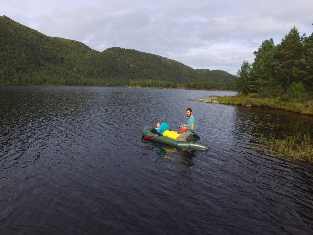 Wir mit Packraft und Gepäck auf einem See