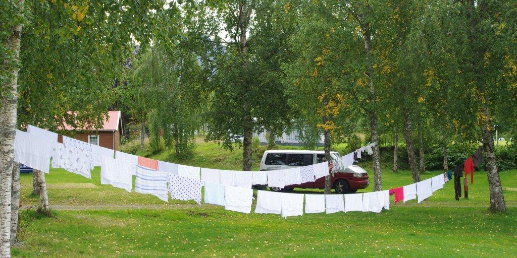 Zwei Wäscheleinen mit Stoffwindeln in Norwegen