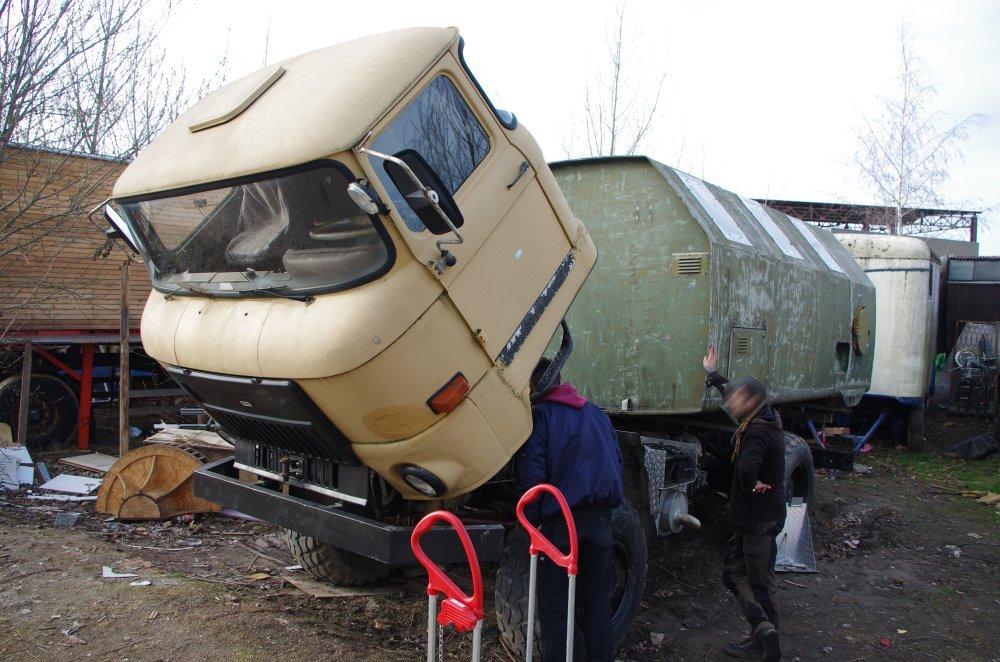 L60 mit angekippten Fahrerhaus