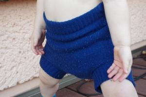 Blaue Überhose aus Wolle am Baby