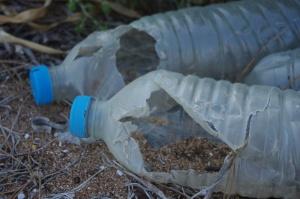 Plastikmüll an griechischem Strand