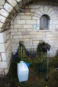 Trinkwasserquelle in den Bergen Griechenlands