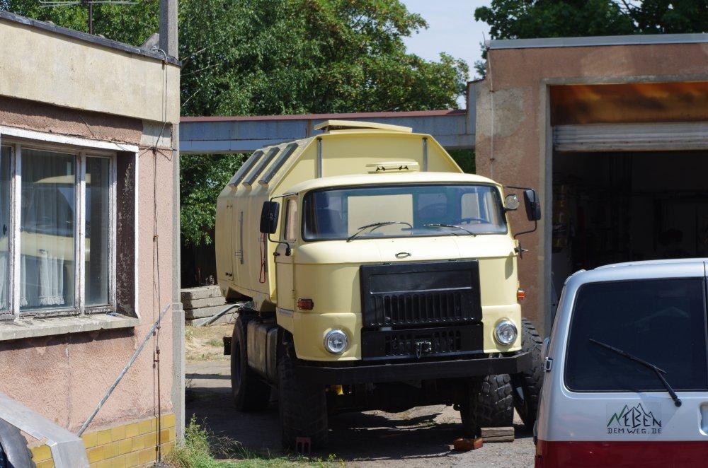 IFA L60 in umgebauter Irakausführung beim Reifenwechsel