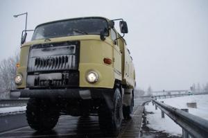 Autobahnabfahrt in Ungarn im Winter mit vereistem IFA L60 4x4