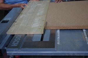 Verarbeitung der Korkdämmung mit Tischkreissäge
