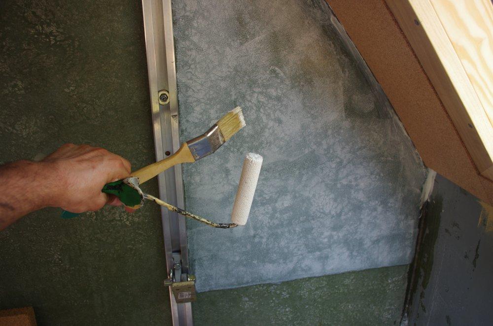 Frisch gestrichener Korkleim auf GFK im LAKII Wohnkoffer