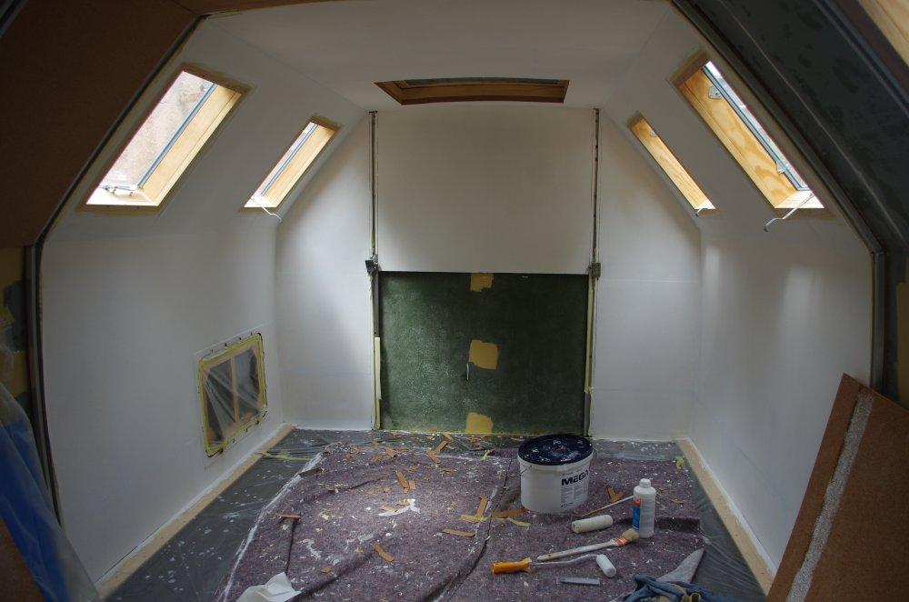 Weiße Innenraumgestaltung der Korkdämmung im IFA L60 Weltreise Wohnmobil