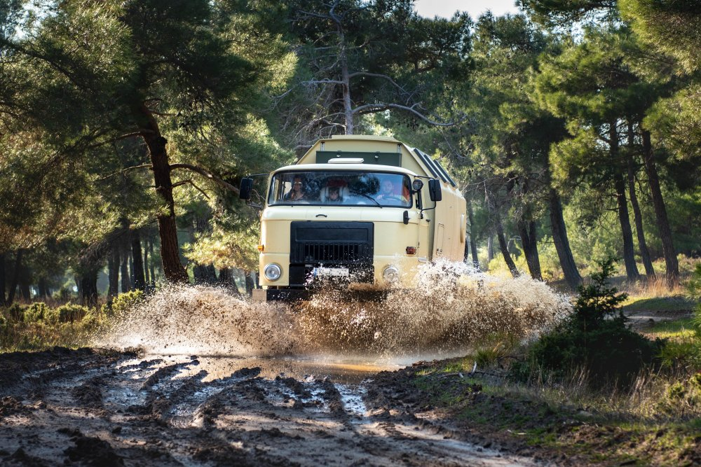 IFA L60 4x4 Lkw im Offroadgelände im Wald in der Türkei