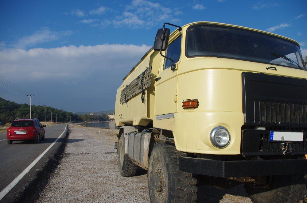 IFA L60 4x4 Lkw auf wildem Stellplatz zwischen Landstraße und Strand in der Westtürkei