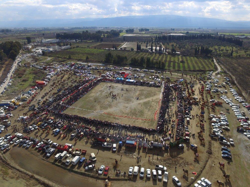 Luftbild der Wettkampfarena beim Kamelringen in Incirliova in der Türkei.