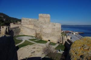 Große historische Wehrtürme in Meeresnähe die durch Mauern verbunden sind.